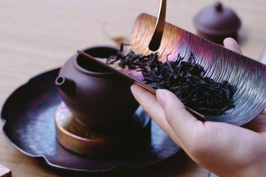 صورة لأوراق شاي، ضمن مقال عن أفضل أنواع الشاي في العالم والأغلى ثمناً.