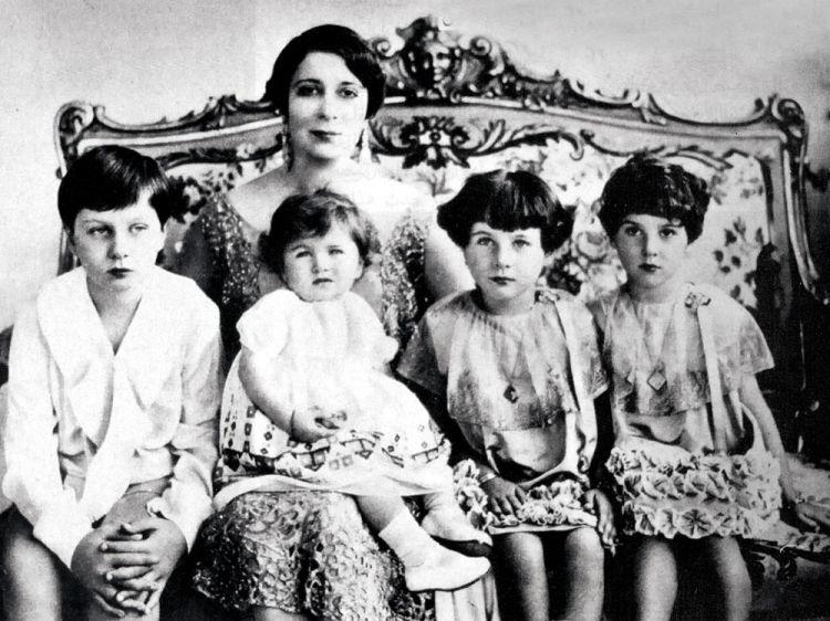 الملكة نازلي صبري مع أبنائها الأربعة